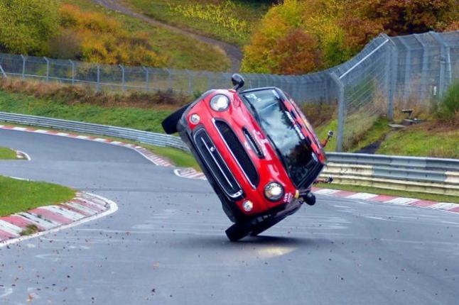 Un MINI se hace el circuito de Nurburgring… ¡sobre 2 ruedas!